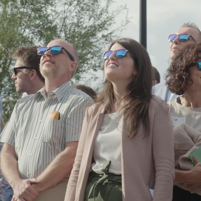 OMP OM partners rebranding video een atypische aftermovie werknemers staren naar de zon