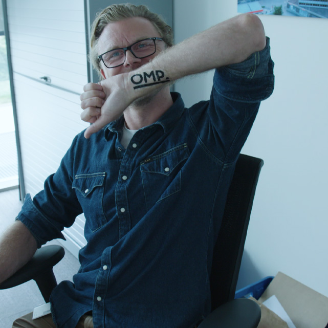 OMP OM partners rebranding video een atypische aftermovie werknemer met plak tattoo