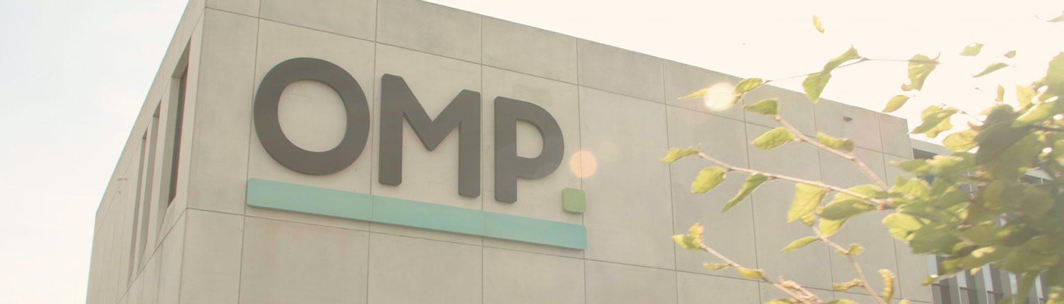 OMP OM partners rebranding video een atypische aftermovie logo op gebouw